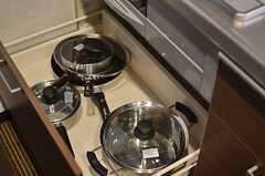 コンロ下には鍋類が収納されています。(2013-05-20,共用部,KITCHEN,1F)