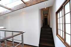 廊下の様子。階段を上がって左手にシャワールームとトイレがあります。(2013-05-20,共用部,OTHER,2F)