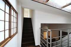 ホールから見ると、階段は2方向についています。(2013-05-20,共用部,OTHER,2F)