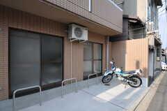 通りに面したバイク置き場の様子。(307号室)(2011-12-21,専有部,ROOM,1F)