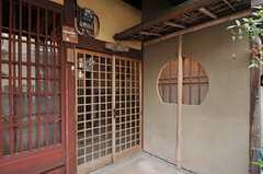 シェアハウスの正面玄関。趣があります。(2013-02-17,周辺環境,ENTRANCE,1F)