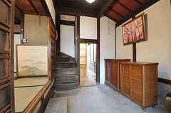 正面玄関から見た内部の様子。1Fは基本的に共用部です。(2013-02-17,周辺環境,ENTRANCE,1F)