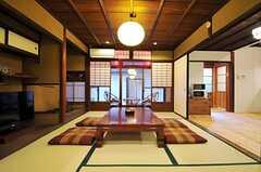 居間の様子。窓辺には旅館のような縁側があります。(2013-02-17,共用部,LIVINGROOM,1F)