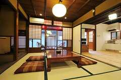 居間の様子2。隣はキッチンです。(2013-02-17,共用部,LIVINGROOM,1F)