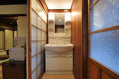 脱衣室に設置された洗面台の様子。キッチンとの間の扉は、目隠しがされる予定です。(2013-02-17,共用部,BATH,1F)