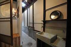 洗面台の様子。玄関前の土間から、奥へ抜けられます。扉の先はキッチンです。(2013-02-17,共用部,OTHER,1F)