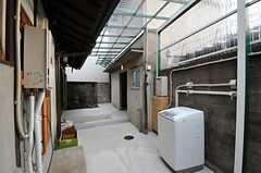 中庭は屋根が付いています。洗濯機も置かれ、物干しもできます。奥に離れがあります。(2013-02-17,共用部,LAUNDRY,1F)