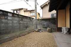 玄関脇の庭。建物側が自転車置き場になります。(2013-02-17,共用部,OTHER,1F)