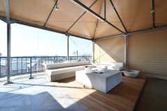 ソファの様子。屋上の手前にビニールカーテンが張り巡らされていて、風や雨を防いでくれます。(2018-02-14,共用部,LIVINGROOM,5F)