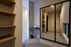 玄関から見た内部の様子2。玄関の目の前に洗面台が設置されています。(2017-10-10,周辺環境,ENTRANCE,1F)