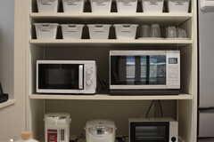 キッチン家電の様子。専有部ごとの収納ボックスも設置されています。(2017-10-10,共用部,KITCHEN,1F)