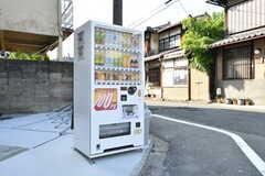 敷地内に自動販売機が設置されています。(2017-10-10,共用部,GARAGE,1F)