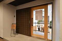 ライブラリーのドア。ガラス張りで中の気配を感じられます。(2018-01-30,共用部,OTHER,1F)