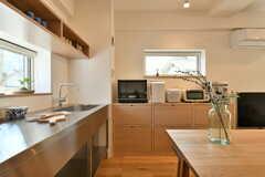 左手がキッチンです。正面の棚にはキッチン家電が設置されています。(2017-03-08,共用部,KITCHEN,1F)