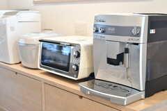 キッチン家電もスタイリッシュ。ホームベーカリーやエスプレッソマシーンもあります。(2017-03-08,共用部,KITCHEN,1F)
