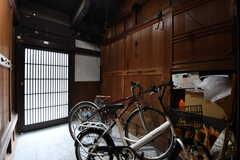 内部から見た玄関の様子。玄関の周りは自転車を置くことができます。  (2017-02-08,周辺環境,ENTRANCE,1F)