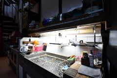 洗い場では大きなものを洗うことができます。お茶屋で使用されていた台所を現在も活用しています。(2017-02-08,共用部,LIVINGROOM,1F)