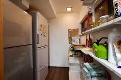 左手から冷蔵庫が2台、収納棚です。収納棚は共用の調理器具が置かれています。(2017-02-08,共用部,KITCHEN,1F)