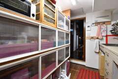 キッチンの対面は収納棚です。収納棚は専有部ごとにスペースが決められています。(2017-02-08,共用部,KITCHEN,1F)