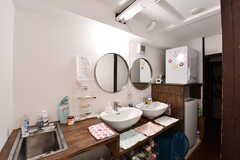 洗面台が3台、洗濯機と乾燥機が並んでいます。奥がバスルームです。(2017-02-08,共用部,OTHER,2F)