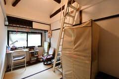 専有部の様子。窓にはハニカム式のロールカーテンが設置されています。入居者さんの私物が置かれています。(205号室)(2017-02-08,専有部,ROOM,2F)