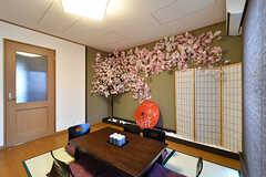 リビングの様子。桜の木が置かれています。枝・花は造花ですが、幹は本物の桜です。(2016-11-10,共用部,LIVINGROOM,2F)