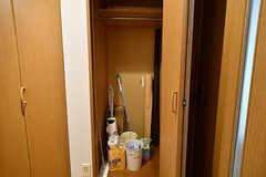 共用の収納スペース。掃除用具などが置かれています。洋服も掛けられます。(2016-11-10,共用部,OTHER,1F)