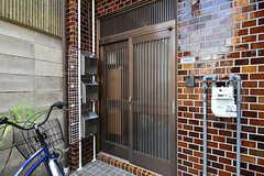 シェアハウスの玄関。玄関脇には共用の自転車が置かれています。(2016-09-11,周辺環境,ENTRANCE,1F)