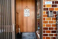 玄関から見た内部の様子。入って左手が靴箱です。(2016-09-11,周辺環境,ENTRANCE,1F)