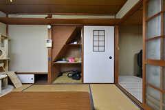 階段下の収納には掃除機やアイロンなどが保管されています。右手のガラスの引き戸を開けるとゲストルームです。(2016-09-11,共用部,OTHER,1F)