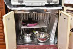 ガスコンロの下には鍋類が保管されています。(2016-09-11,共用部,KITCHEN,1F)