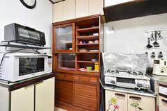キッチン家電と食器棚の様子。(2016-09-11,共用部,KITCHEN,1F)