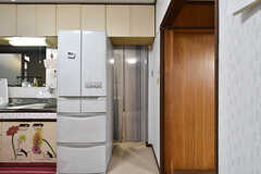 冷蔵庫脇の暖簾をくぐると、左手に洗濯機があります。(2016-09-11,共用部,KITCHEN,1F)