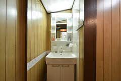 洗面台の様子。洗面台の対面がバスルームです。(2016-09-11,共用部,KITCHEN,1F)
