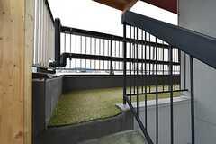 共用キッチン&バルコニーへ続く階段と外廊下の様子。人工芝が敷いてあります。(2016-04-05,共用部,OTHER,5F)