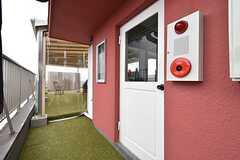 白いドアを開けると共用のキッチンです。各部屋からは外廊下を通ってアクセスします。(2016-04-05,共用部,OTHER,5F)