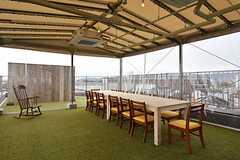 ルーフバルコニーの様子。屋根と風よけが付いているので天候に関係なく利用できます。(2016-04-05,共用部,LIVINGROOM,5F)
