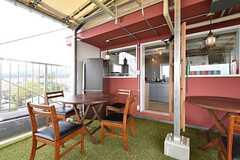 ルーフバルコニーの様子4。冷蔵庫も設置されています。(2016-04-05,共用部,LIVINGROOM,5F)