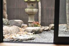 板の間から見た庭の様子。(101号室)(2014-02-03,専有部,ROOM,1F)