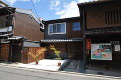 シェアハウスの外観。うなぎの寝床と呼ばれる敷地に細長い京町家が建っています。(2013-08-02,共用部,OUTLOOK,1F)