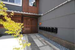玄関の様子。(2013-08-02,周辺環境,ENTRANCE,1F)