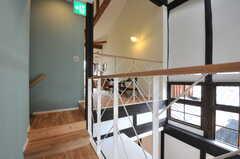 廊下の様子。階段の先にちょっとした休憩スペースがあります。(2013-08-02,共用部,OTHER,2F)