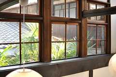 玄関上部に配置された煙窓は、改修前の姿のままです。(2013-08-02,共用部,OTHER,2F)