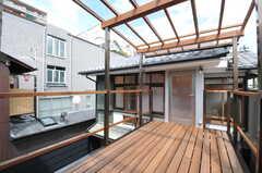 ベランダの様子。屋根付きです。奥は居住スペースです。(2013-08-02,共用部,OTHER,2F)