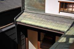 銅板の屋根瓦。年季の入った緑青色です。(2013-08-02,共用部,OTHER,2F)