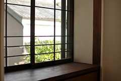窓にはお隣さんの緑がチラリ。(206号室)(2013-08-02,専有部,ROOM,2F)