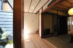 階段を下りると、茶室の隣に出ます。(205号室)(2013-08-02,共用部,OTHER,1F)