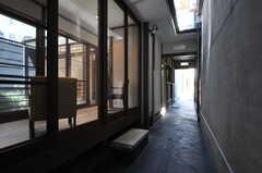 通り庭の様子2。坪庭のとなり付近です。(2013-08-02,共用部,OTHER,1F)