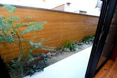 掃き出し窓を開けると、日本庭園風に仕上がっています。(2014-12-10,共用部,OTHER,1F)