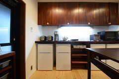 キッチンの隣には、キッチン家電などが置かれています。(2014-12-10,共用部,KITCHEN,1F)